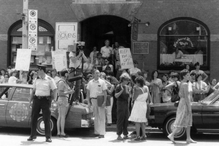 prosvjed ispred klinike u torontu 1983 nakon racije